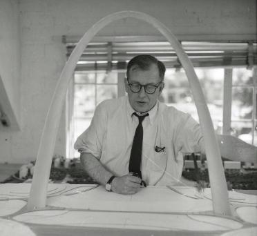 Eero_Saarinen_with_Gateway_Arch_Model